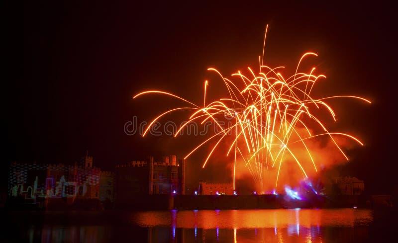 Fuegos artificiales de Leeds Castle foto de archivo
