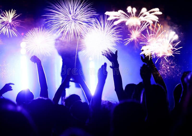 fuegos artificiales de observación de la muchedumbre - fondo abstracto del día de fiesta de las celebraciones del Año Nuevo imagen de archivo
