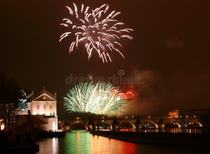 Fuegos artificiales de Praga del Año Nuevo foto de archivo libre de regalías