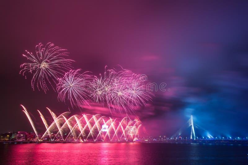 Fuegos artificiales del Año Nuevo en Riga, capital de Letonia foto de archivo libre de regalías