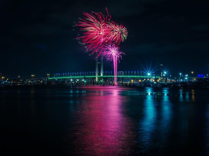 Fuegos artificiales del invierno sobre el río foto de archivo libre de regalías