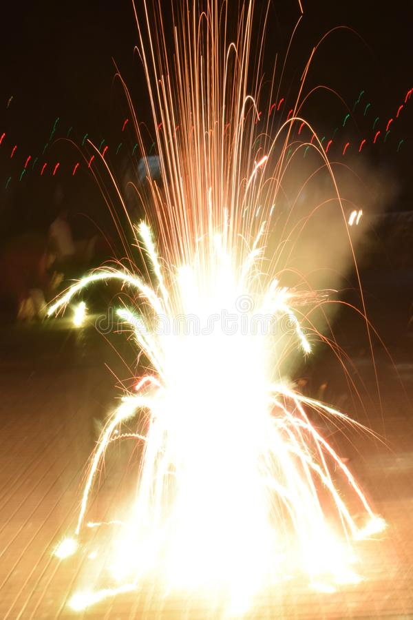 Fuegos artificiales del petardo potente brillante durante el festival de Diwali imagen de archivo