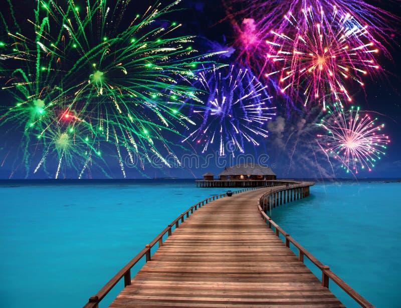 Fuegos artificiales del ` s del Año Nuevo sobre la isla tropical imágenes de archivo libres de regalías