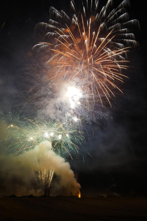 Fuegos artificiales del tiroteo en la noche foto de archivo libre de regalías