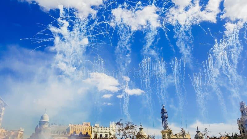 Fuegos artificiales disparados en las Fallas de Mascleta durante el día fotografía de archivo