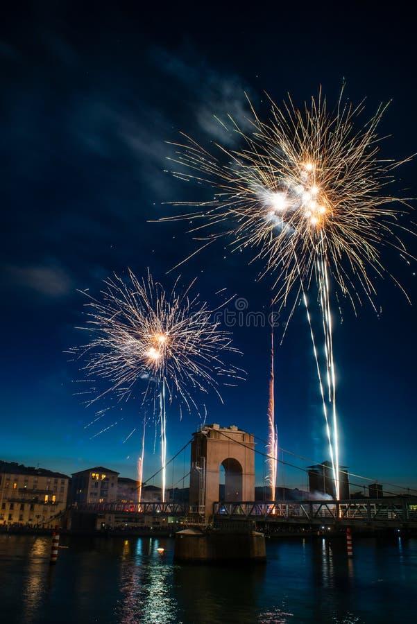 Fuegos artificiales durante celebraciones de la festividad nacional francesa imagenes de archivo
