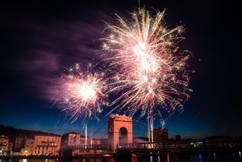 Fuegos artificiales durante celebraciones de la festividad nacional francesa fotos de archivo