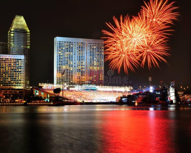 Fuegos artificiales durante la apertura 2010 de los Juegos Olímpicos de la juventud fotos de archivo
