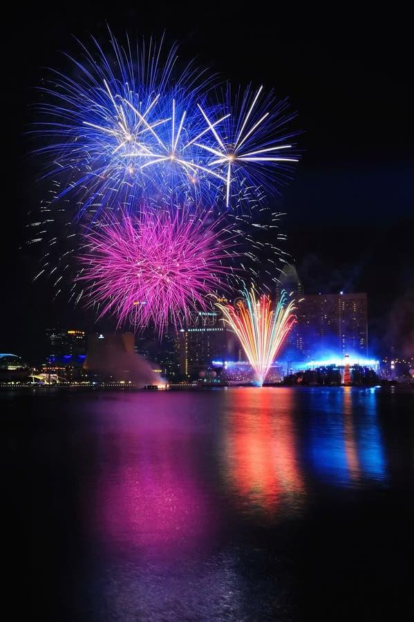 Fuegos artificiales durante los Juegos Olímpicos 2010 de la juventud que se cierran foto de archivo