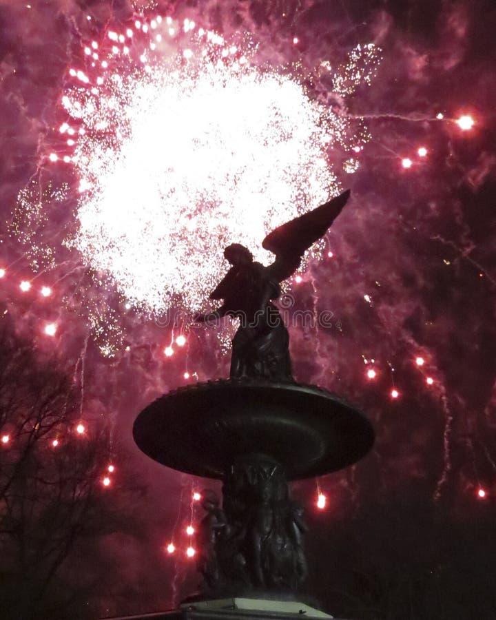 Fuegos artificiales en Bethesda Fountain foto de archivo libre de regalías