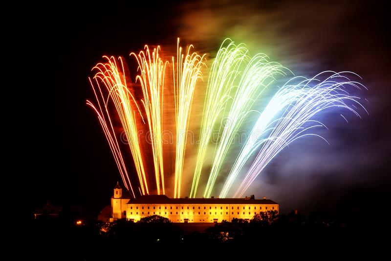 Fuegos artificiales en Brno imagenes de archivo