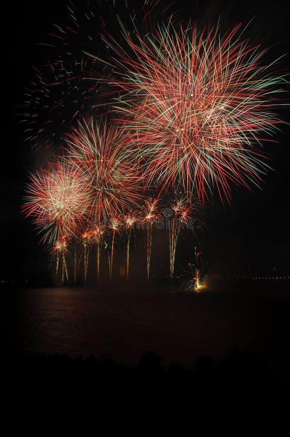 Fuegos artificiales en el cielo foto de archivo libre de regalías