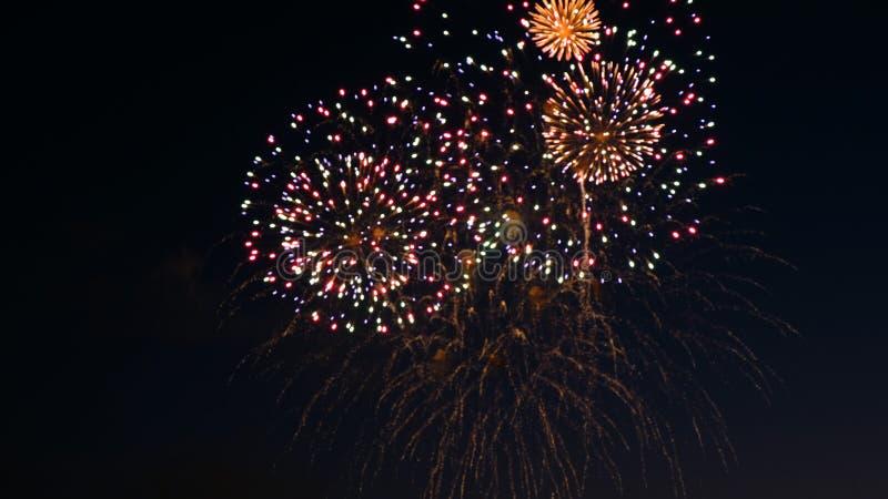 Fuegos artificiales en el día de fiesta del día de la ciudad, explosiones grandes de fuegos artificiales en el cielo nocturno Inc fotografía de archivo