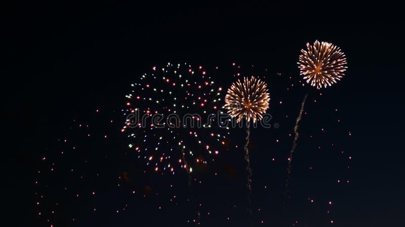 Fuegos artificiales en el día de fiesta del día de la ciudad, explosiones grandes del saludo fotografía de archivo