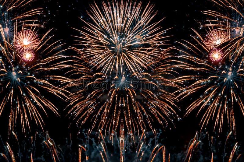 Fuegos artificiales en el fondo del día de fiesta del extracto del Año Nuevo Fuegos artificiales coloridos en fondo negro de la n imágenes de archivo libres de regalías