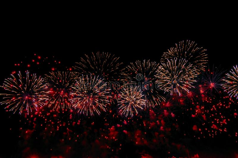 Fuegos artificiales en el fondo negro para el diseño de la celebración Fondo de exhibición rojo abstracto del fuego artificial fotos de archivo libres de regalías