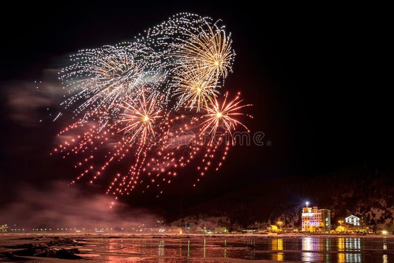 Fuegos artificiales en el pueblo Listvyanka en la orilla del lago Baikal foto de archivo libre de regalías