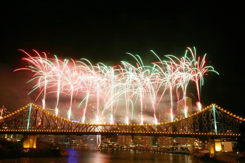 Fuegos artificiales en el puente de la historia imagen de archivo