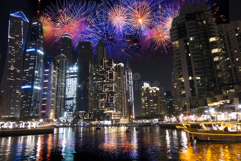 Fuegos artificiales en el puerto deportivo en la nueva noche de Year's Eve, lugar famoso de Dubai para el día de fiesta imagenes de archivo