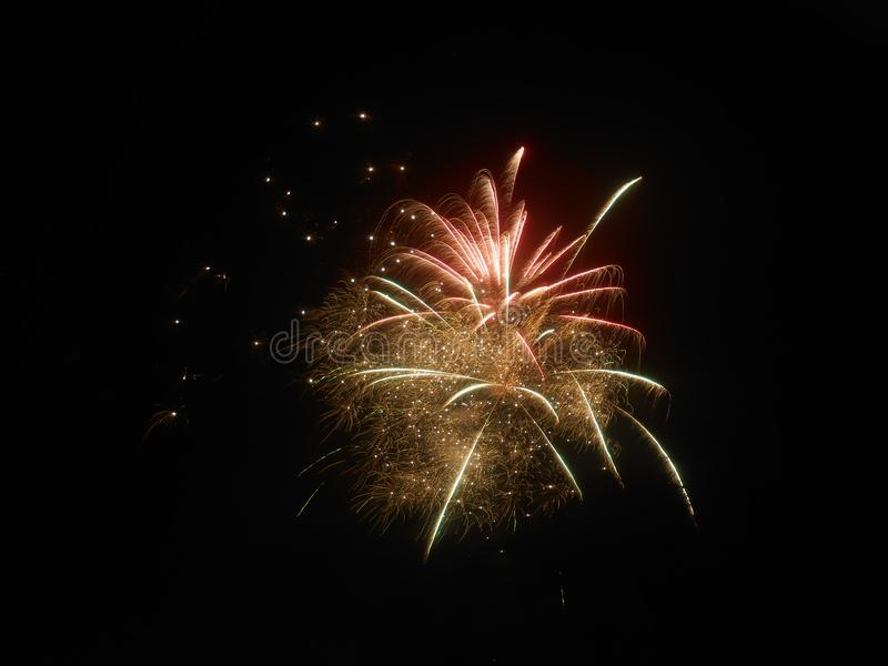 Fuegos artificiales en el ` s Eve del Año Nuevo fotos de archivo