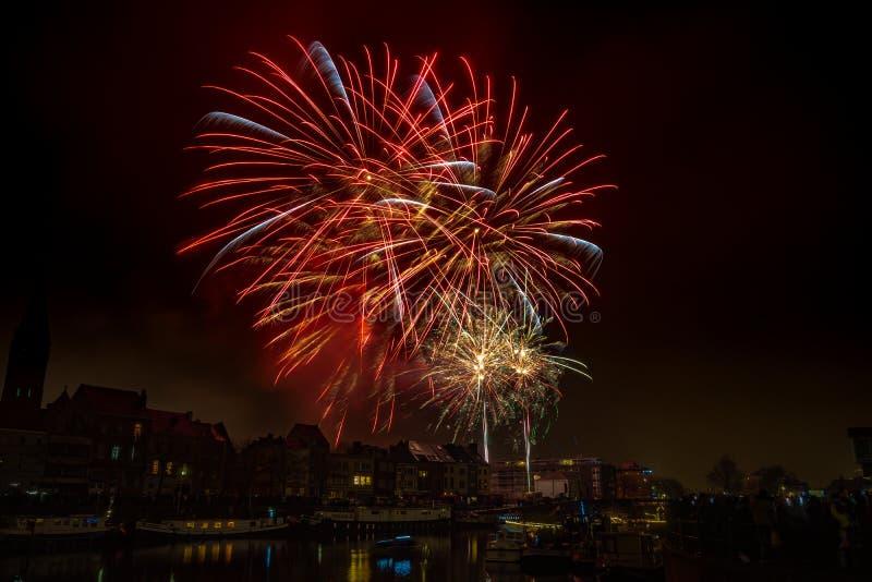 Fuegos artificiales en la ciudad de Gante en Nochevieja fotos de archivo