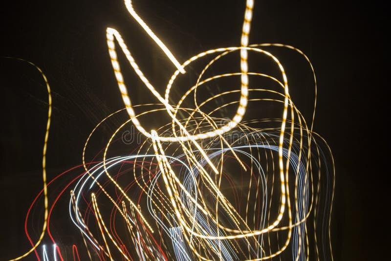 Fuegos artificiales en la ciudad Fuegos artificiales en un día de fiesta de la ciudad Luces en el cielo Saludo de la belleza Todo fotos de archivo libres de regalías