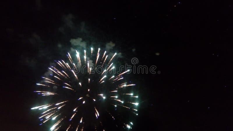 Fuegos artificiales en la ciudad Fuegos artificiales en un día de fiesta de la ciudad Luces en el cielo Saludo de la belleza Todo foto de archivo libre de regalías