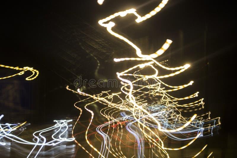 Fuegos artificiales en la ciudad Fuegos artificiales en un día de fiesta de la ciudad Luces en el cielo Saludo de la belleza Todo imagenes de archivo