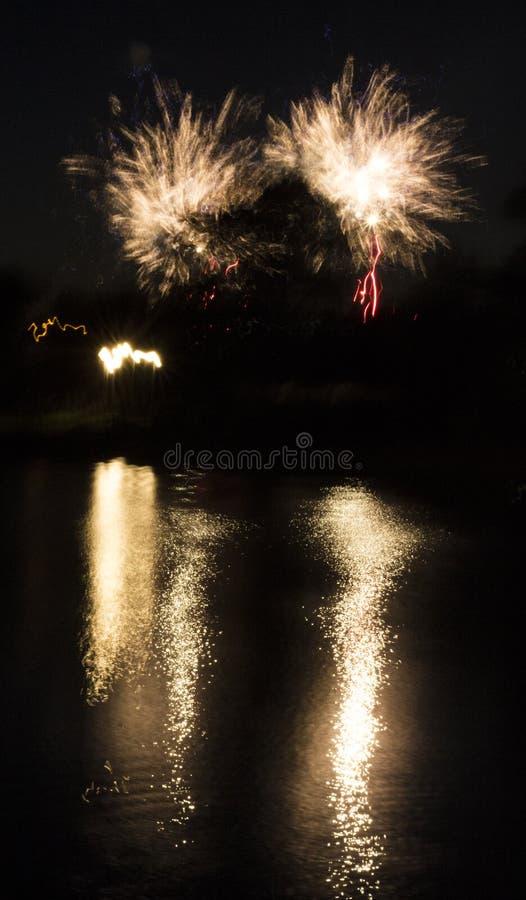 Fuegos artificiales en la ciudad Fuegos artificiales en un día de fiesta de la ciudad Luces en el cielo Saludo de la belleza Todo foto de archivo
