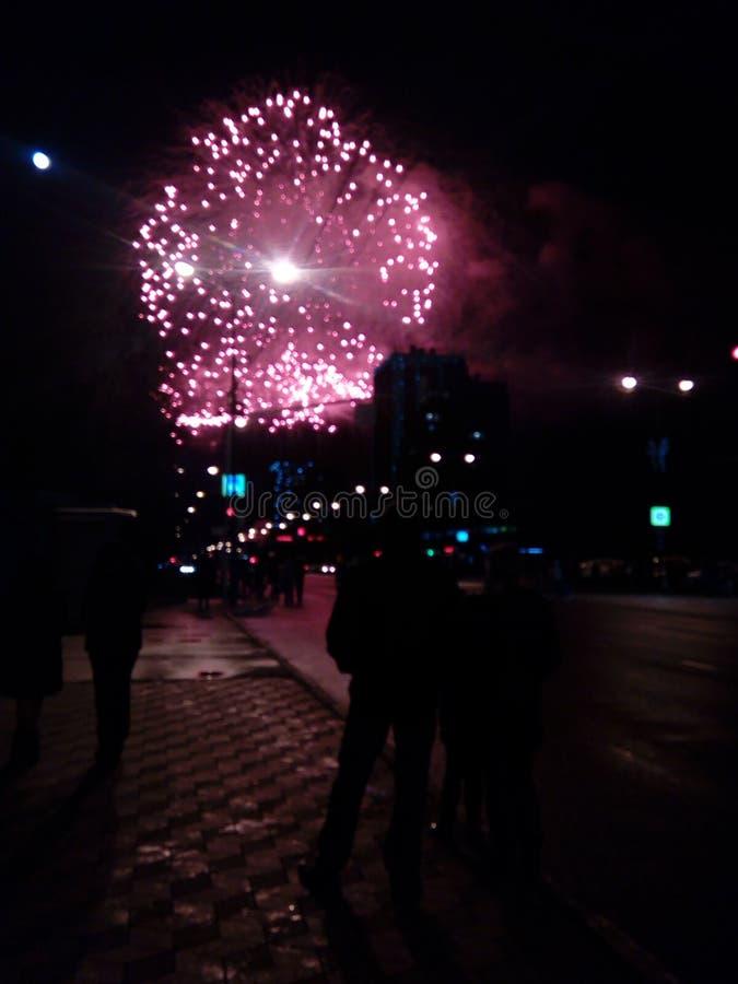 Fuegos artificiales en la ciudad Fuegos artificiales en un día de fiesta de la ciudad Luces en el cielo Saludo de la belleza Todo fotografía de archivo libre de regalías