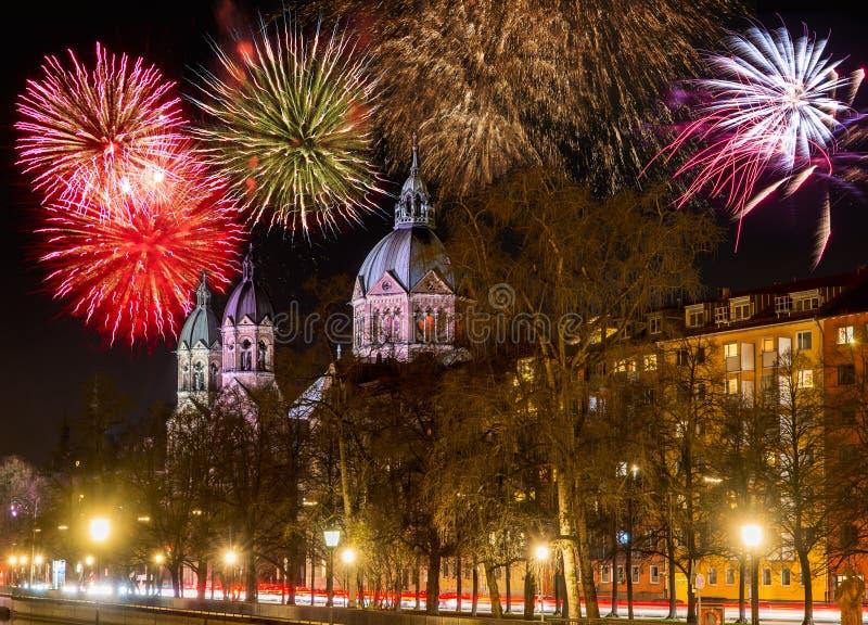 Fuegos artificiales en la iglesia de Sankt Lukas en Munich en la noche imágenes de archivo libres de regalías