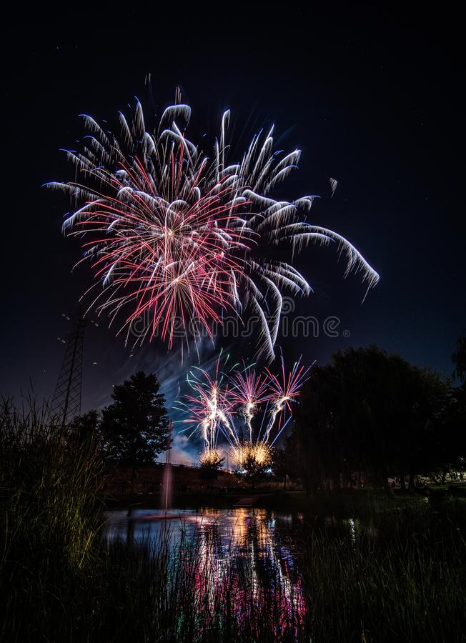 Fuegos artificiales en la noche en Año Nuevo fotos de archivo libres de regalías