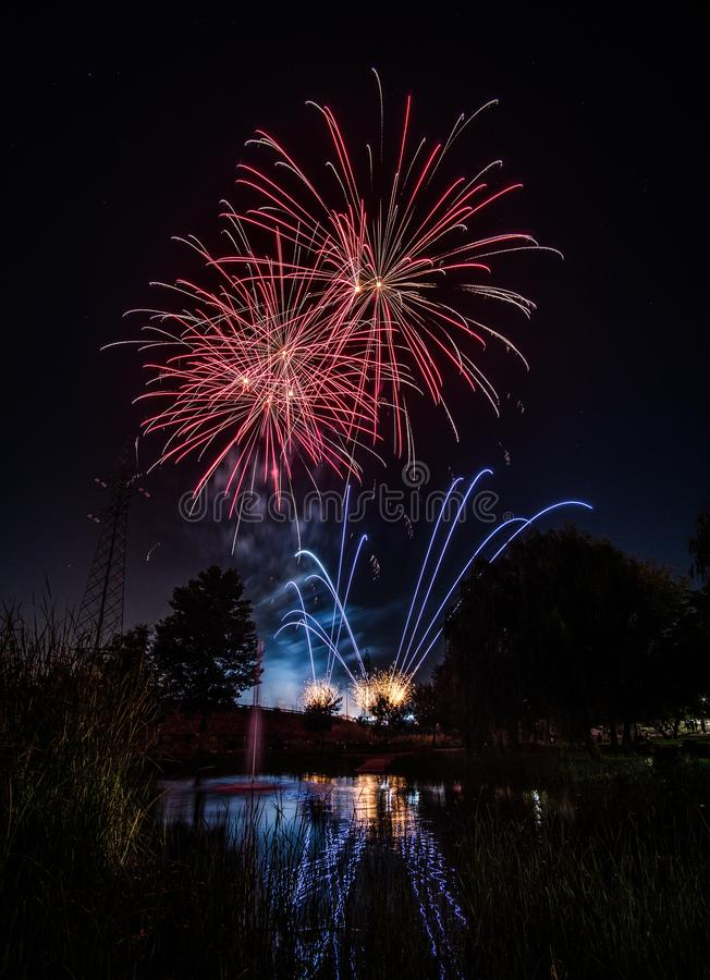 Fuegos artificiales en la noche en Año Nuevo imágenes de archivo libres de regalías