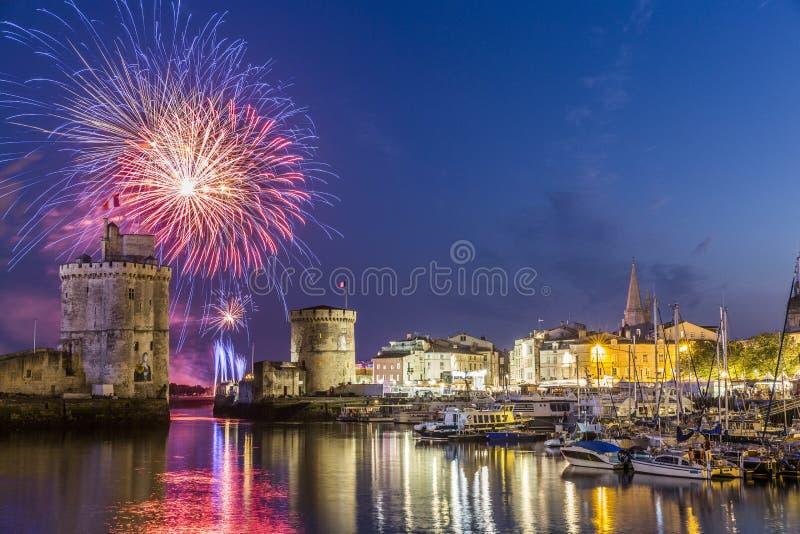 Fuegos artificiales en La Rochelle durante día nacional francés fotos de archivo