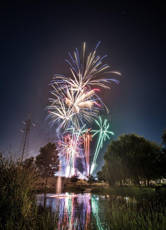 Fuegos artificiales en los nightFireworks en la noche en Año Nuevo fotografía de archivo