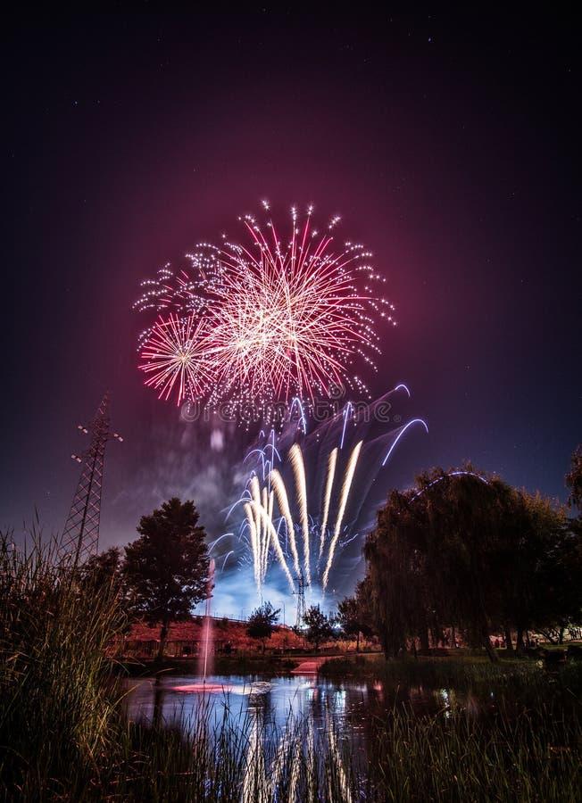 Fuegos artificiales en los nightFireworks en la noche en Año Nuevo fotos de archivo
