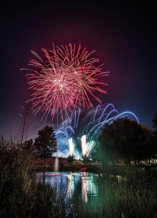 Fuegos artificiales en los nightFireworks en la noche en Año Nuevo fotos de archivo libres de regalías