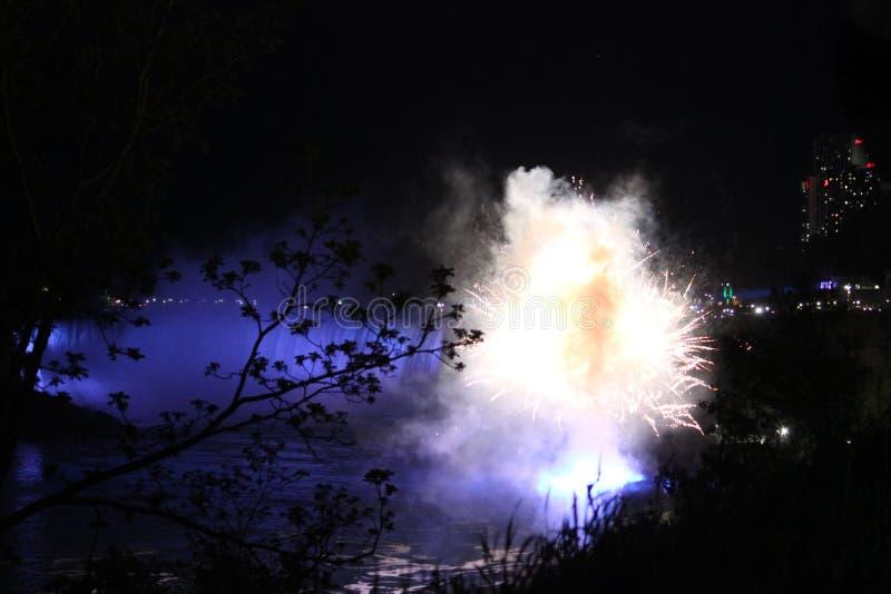 Fuegos artificiales en Niagara Falls en noche foto de archivo
