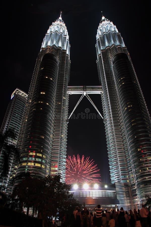 Fuegos artificiales en Petronas fotos de archivo