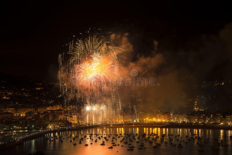 Fuegos artificiales en San Sebastián fotos de archivo