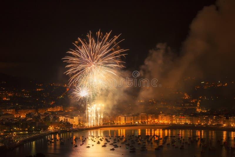 Fuegos artificiales en San Sebastián sobre el Concha del La imágenes de archivo libres de regalías