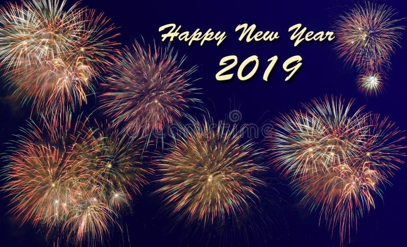 Fuegos artificiales en Silvester y el día 2019 del ` s del Año Nuevo fotos de archivo