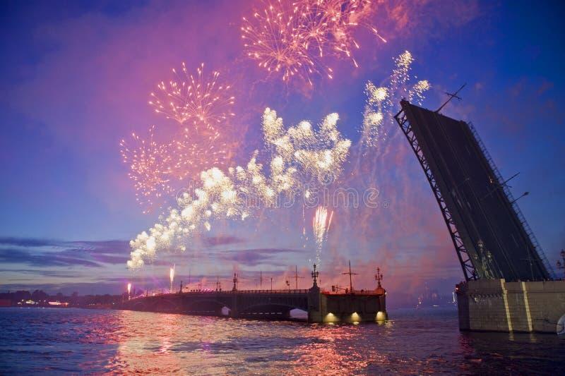 Fuegos artificiales en St. - Petersburgo imagen de archivo