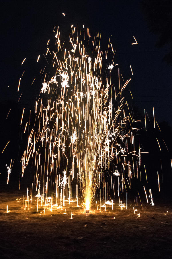 Fuegos artificiales en un día de la noche imagen de archivo libre de regalías