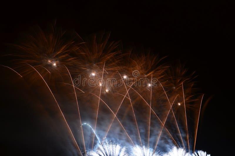 Fuegos artificiales encendidos en el cielo fotos de archivo