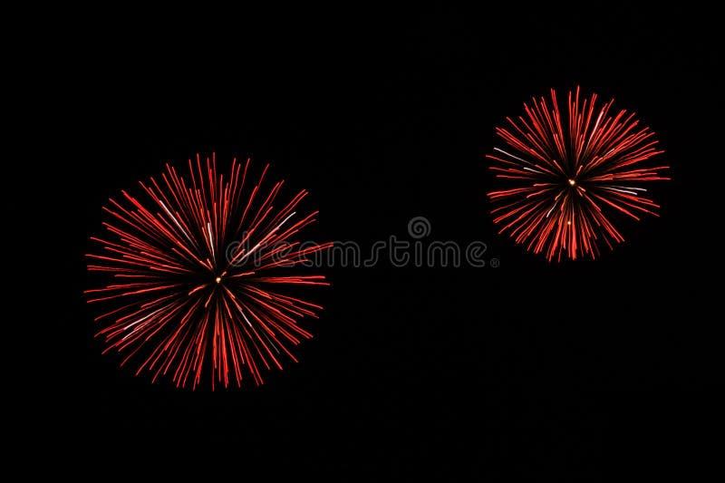 Fuegos artificiales festivos en el fondo negro del cielo Estallar los fuegos artificiales fotos de archivo