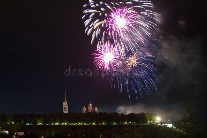 Fuegos artificiales festivos grandes sobre la catedral de la suposición en Vladimir fotos de archivo libres de regalías
