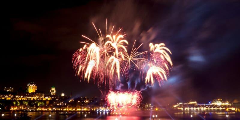 Fuegos artificiales grandes y brillantes con muchos colores | La ciudad de Quebec fotografía de archivo