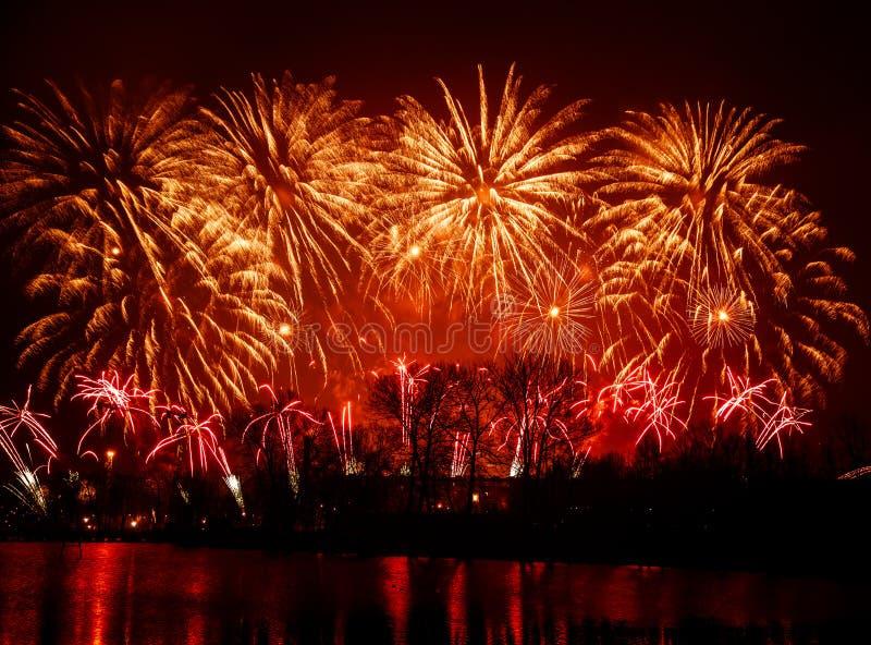 Fuegos artificiales hermosos, coloridos sobre el río durante un Día de la Independencia foto de archivo