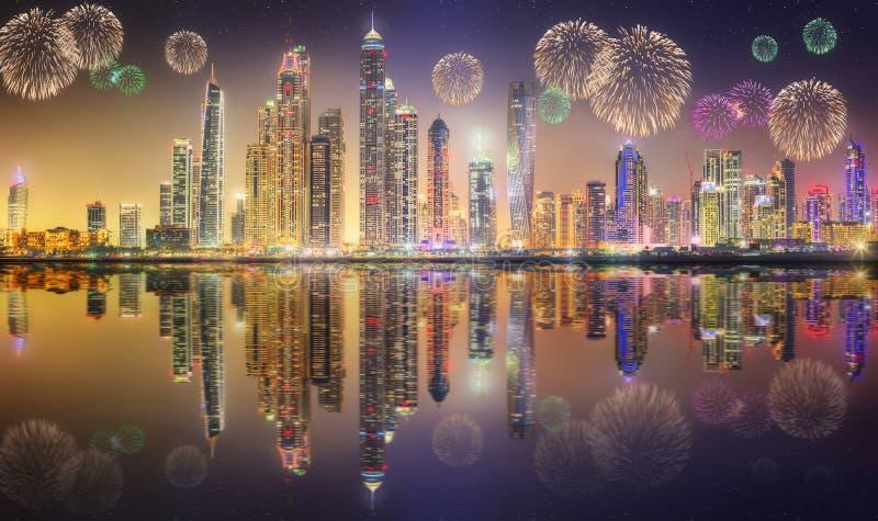 Fuegos artificiales hermosos en el puerto deportivo de Dubai EMIRATOS ÁRABES UNIDOS imagenes de archivo
